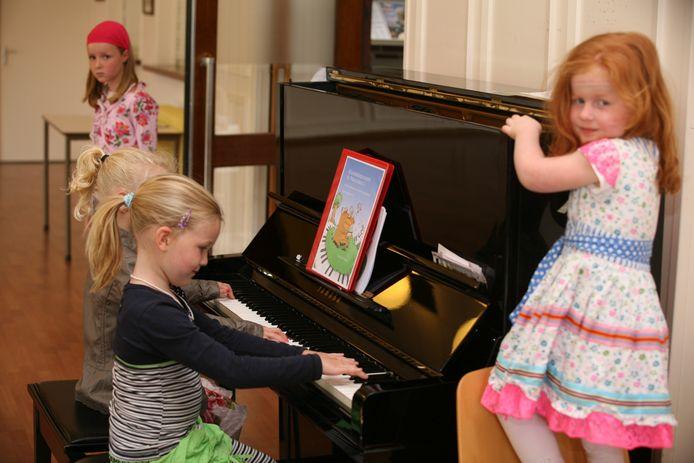 'Muziekkabouters in Pianoland' is een pianomethode van Kaliber Kunstenschool, waarbij kinderen van 5 en 6 jaar onder meer op speelse wijze pianotechnieken aanleren.
