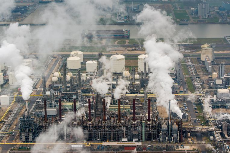 Luchtfotografie van Shell Moerdijk. Shell is een van de bedrijven die spotgoedkoop kan lenen dankzij de ECB.  Beeld ANP