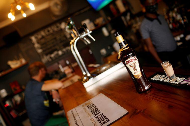 Een fles Amarula in een bar in Kaapstad. Deze likeur is een van de vele merken uit de Distell-groep. Beeld REUTERS