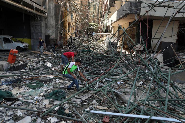 In Beiroet wordt tussen het puin gezocht naar overlevenden.  Beeld AP