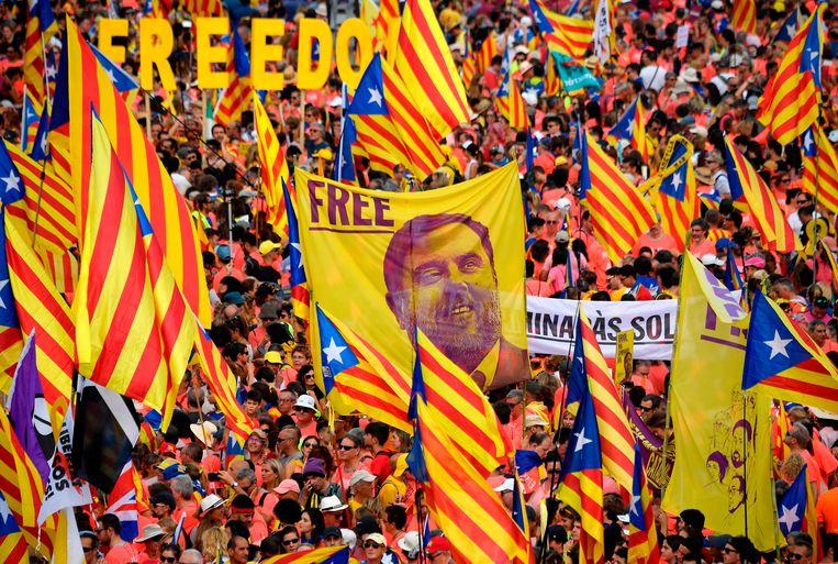 In Catalonië wordt al een jaar lang geprotesteerd tegen de opsluiting van de onafhankelijkheidsleiders en politici (op het spandoek de afbeelding van ex-vicepremier Oriol Junqueras).
