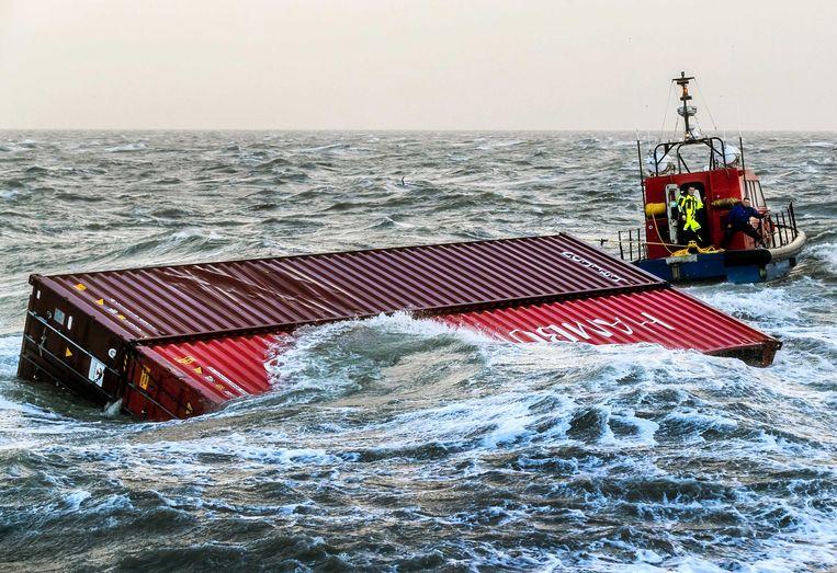 Twee overboord geslagen containers werden vorige week door een sleepboot naar de haven van Lauwersoog (Nederland) gesleept. Beeld EPA