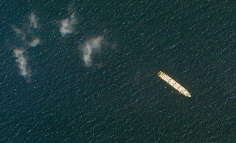 Een satellietfoto van de Saviz bij de kust van Jemen van 1 oktober vorig jaar. Beeld AP