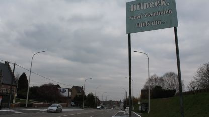 Ondanks kritiek blijven 41 jaar oude borden 'Dilbeek, waar Vlamingen thuis zijn' in straatbeeld staan