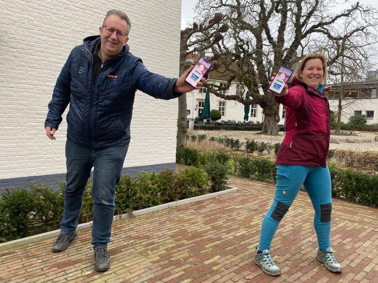 John van Echtelt en Wanda Catsman zijn fervente gebruikers van de Ommetjes-app. Beeld Sjoukje Dijkstra