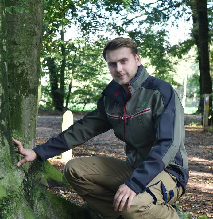 Youri van Woerkom (24) is boomtechnisch adviseur en geniet van de natuur als hij buiten aan het werk is.