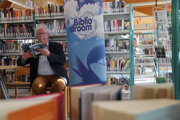 Rob Kindt met zijn boek 'De zeis van den Duits'.