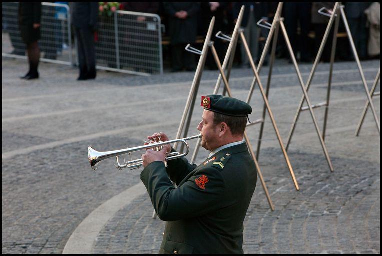 Een blazer speelt de taptoe bij de dodenherdenking op de Dam in Amsterdam. Beeld Evelyne Jacq