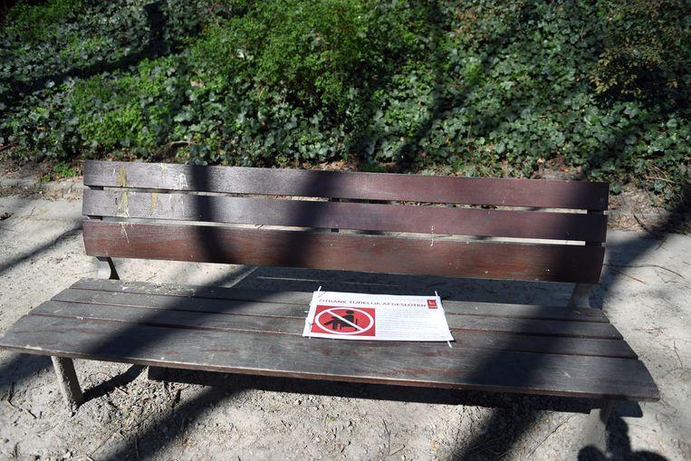 Op deze bank in het stadspark is het verboden om te zitten, maar niet iedereen houdt zich daar aan.