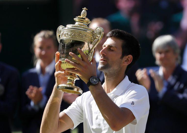 Na zeges op onder anderen Kyle Edmund, Kei Nishikori, Rafael Nadal en Anderson mag Djokovic de gouden beker van Wimbledon in de lucht houden Beeld AP