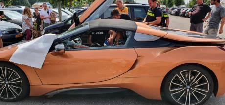 Politie bevrijdt husky uit bloedhete supercar op parkeerplaats bouwmarkt in Groningen (na met de wapenstok een ruit te hebben ingeslagen)