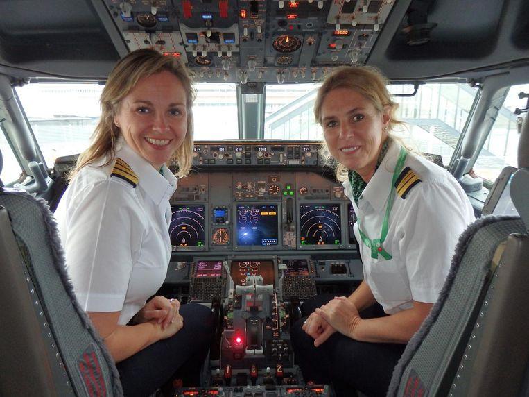 De piloten Hilary Lockwood en Linda van Beek. Beeld Schuim