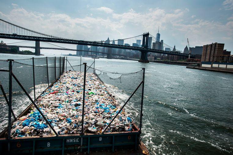 We plunderen niet alleen de natuur in onze onstilbare honger naar grondstoffen, we dumpen ons afval terug in diezelfde biotoop. Beeld AP