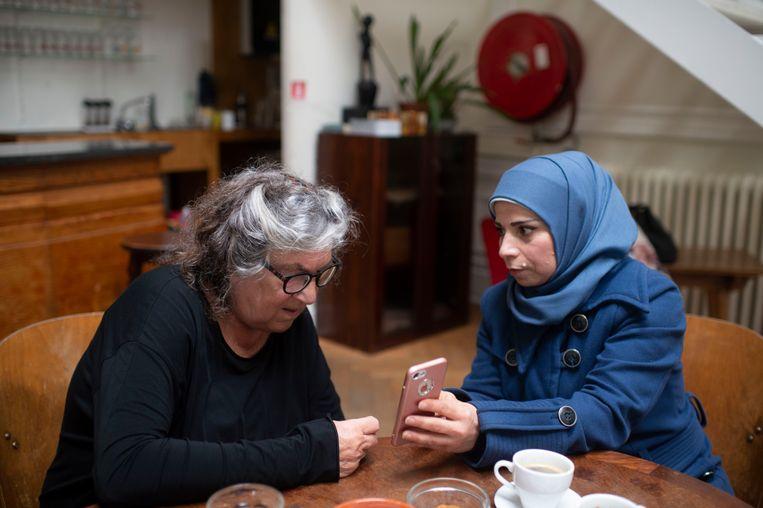 Dhya laat trots haar gerechten zien aan Reinhilde Decleir. Die laatste is helemaal verkocht aan al het lekkers dat ze ziet.