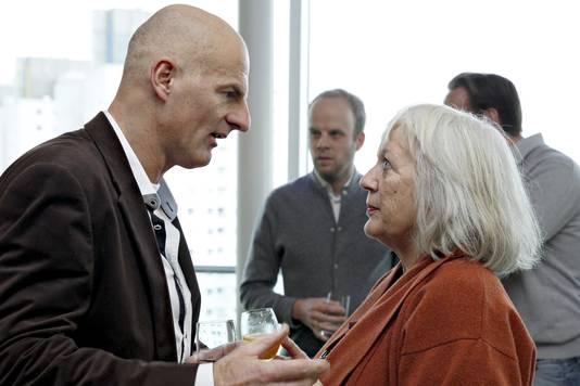 Wethouder Ronald Schneider (integratie), in gesprek met partijgenote en oud-raadslid Daphne van Houte.