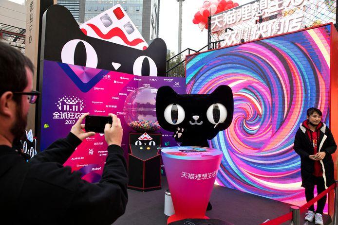 Een mascotte staat voor een winkelcentrum in Shanghai om Singles Day te promoten.