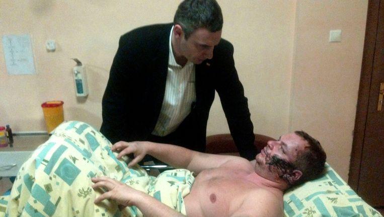 Oppositieleider Klitsjko bezoekt Dmytro Bulatov in het ziekenhuis. Beeld AP