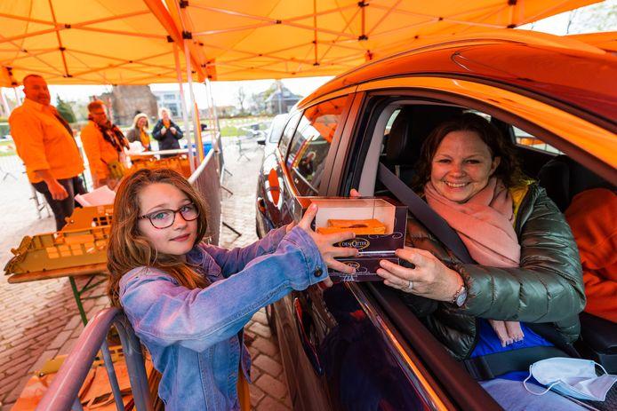 Bij de drive-in in Andel werden ongeveer 600 tompoucen opgehaald tijdens Koningsdag, Daantje Hol (8) uit Andel hielp mee met het uitdelen ervan.