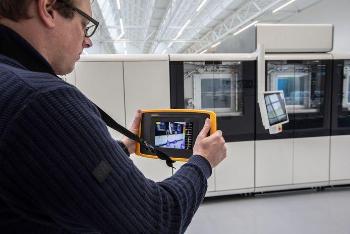 Rick Scholte demonstreert zijn technologie bij 'buurman' Additive Industries op Strijp-T.