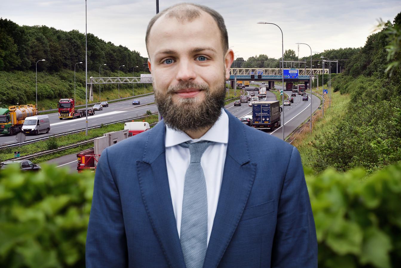 GroenLinks-raadslid Thijs Weistra met op de achtergrond de A27 bij Amelisweerd.