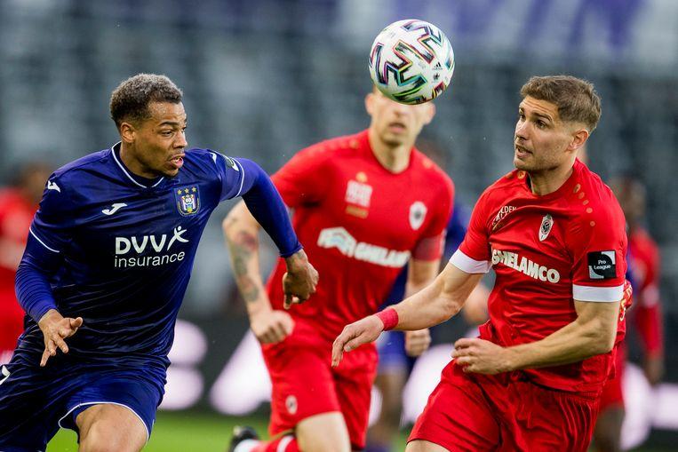 Lukas Nmecha (l.) strijdt om de bal met Maxime Le Marchand. Beeld BELGA