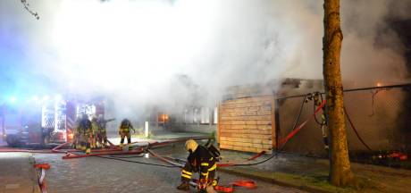 Overkapping verwoest door brand in Bavel
