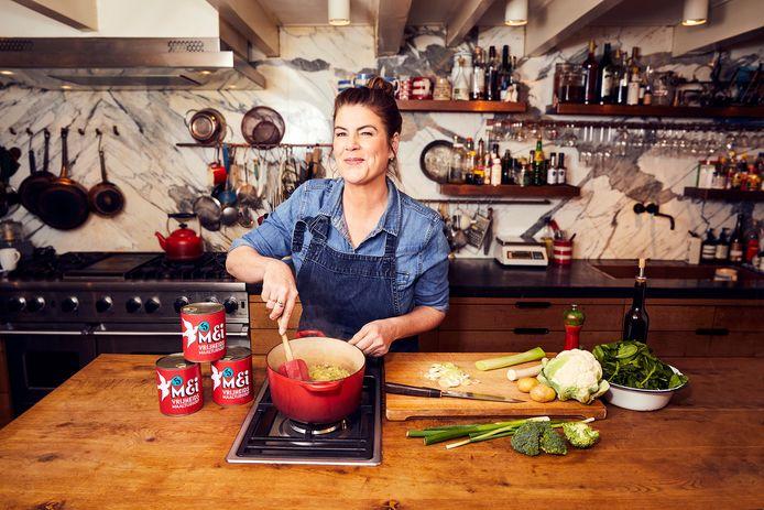 Kok Yvette van Boven tijdens het koken van de Vrijheidsmaaltijdsoep, die onder meer wordt uitgedeeld onder inwoners van Arnhem en Nijmegen.