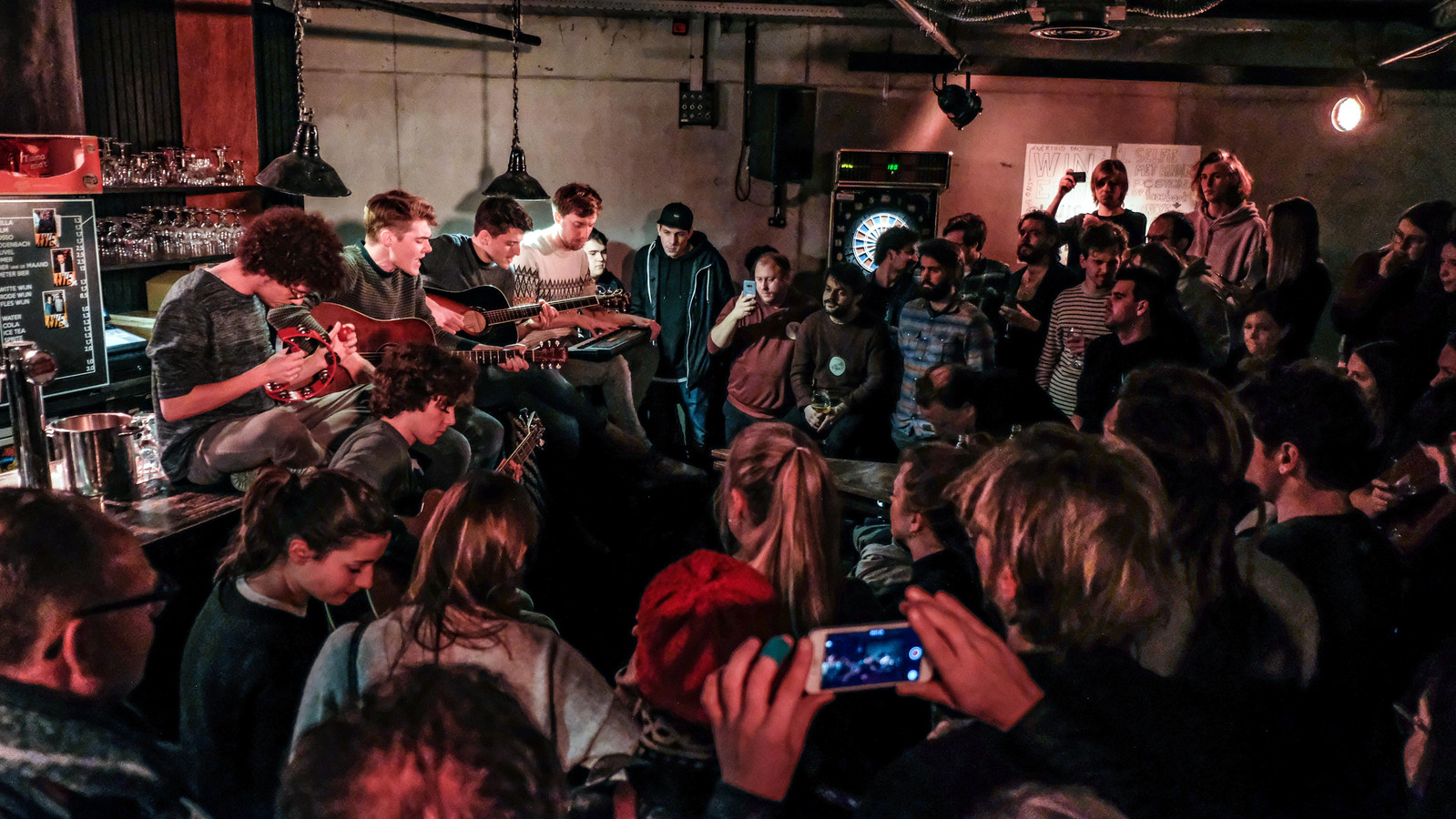 De bandleden van Mooneye, de enige West-Vlaamse band in de finale van De Nieuwe Lichting van Studio Brussel, hebben daarnet een akoestisch miniconcert gegeven in jeugdhuis Krak in Avelgem.