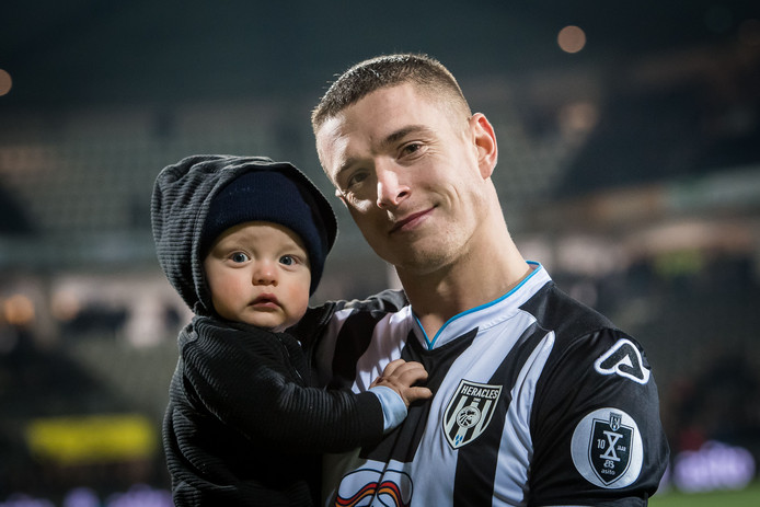 Kristoffer Peterson, hier met zijn zoontje, heeft zijn transfer naar Swansea te pakken.