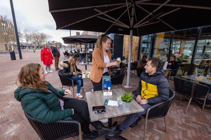 Het nieuwe terras van het Grand Café Emmeloord op De Deel is populair zaterdagmiddag.