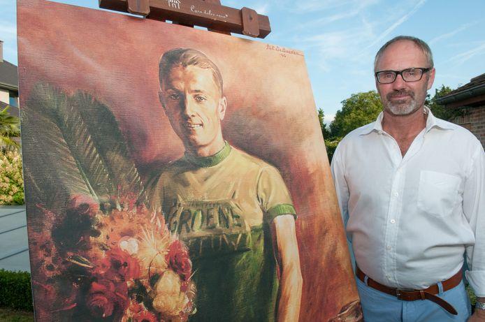 Piet Declercq met een schilderij van wielrenner Triphon Verstraeten.