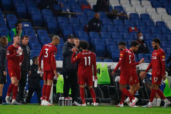 Spelers van Liverpool tijdens een drinkpauze.