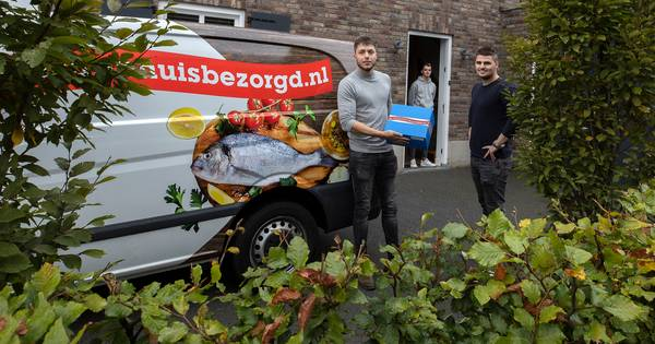 Pierre en Bart brengen kersverse vis aan huis in regio Eindhoven en Helmond - Eindhovens Dagblad