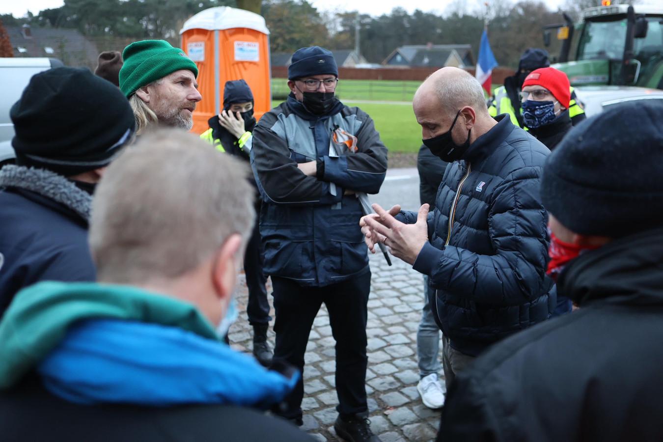 Een groep van ongeveer tien boeren stond afgelopen december bij Jumbo-baas Frits van Eerd (r) op de stoep. De boeren willen meer betaald krijgen voor hun producten.
