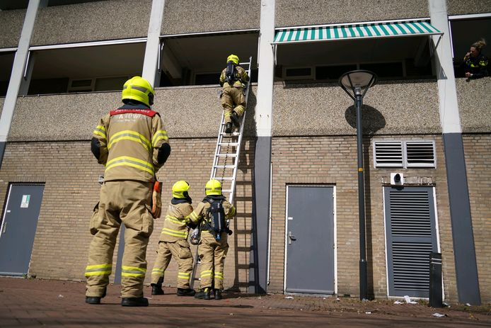 De bewoner van een appartement aan de Muldershof in Zevenaar is aangehouden omdat hij probeerde brand te stichten.