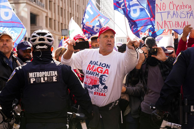 Trumpaanhangers in Washington, DC. De politie probeert de boel in toom te houden. Beeld AP