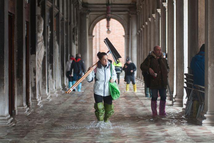 Het wereldberoemde San Marcoplein van Venetië staat onder water.