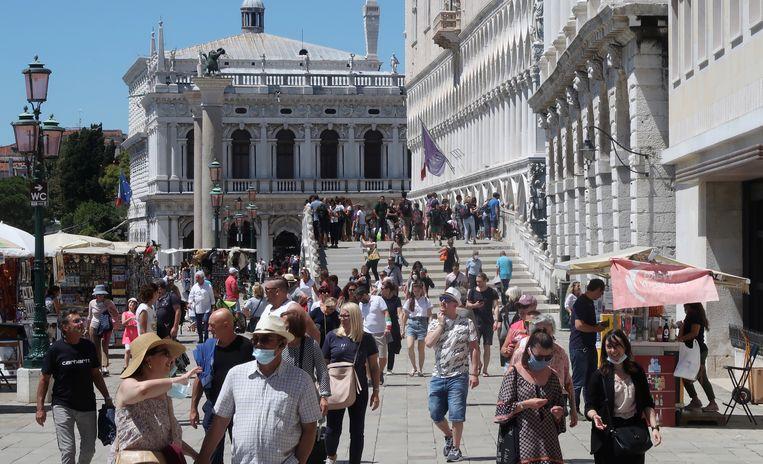 Het San Marco-plein in Venetië eind juni. Geen 'overtoerisme', maar echt rustig is het ook niet. Beeld REUTERS