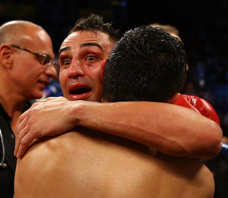 Paulie Malignaggi knuffelt zijn tegenstander na zijn overwinning.