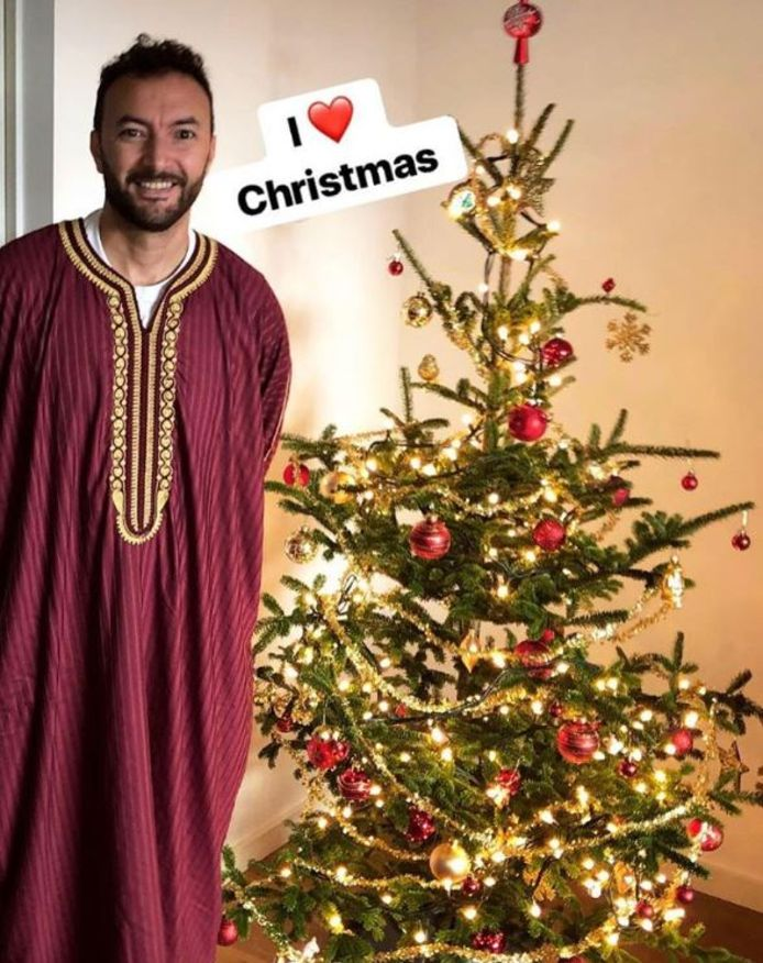 Nasrdin Dchar in djelebba bij zijn kerstboom.