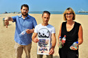 Jonathan Devos, Tim Corbisier en Kelly Spillier met gevonden flessen van op het strand en het ludieke postkaartje.