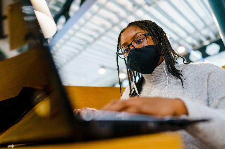 Jongeren die aan het begin van hun carrière staan en nu voor een groot deel thuiswerken raken snel gedemotiveerd of vereenzamen, ziet arbeids- en organisatiepsycholoog Tosca Gort. Beeld ANP