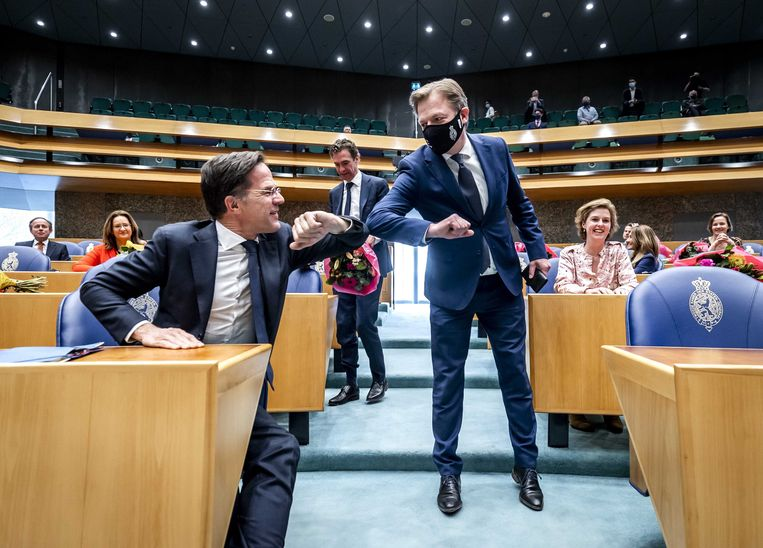 Mark Rutte en Pieter Omtzigt begroetten elkaar woensdag met een 'elleboogje' in de Tweede Kamer. Beeld EPA