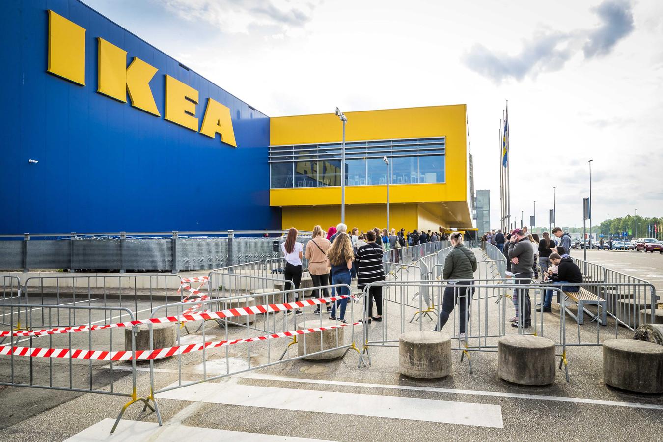 Klanten staan in de rij voor IKEA.
