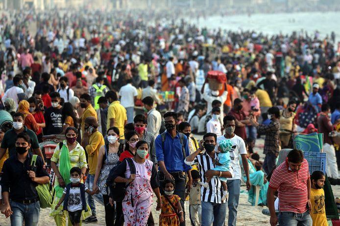 Een beeld van gisteren op een strand in Mumbai. Voorzichtigheid is niet altijd meer aan de orde.
