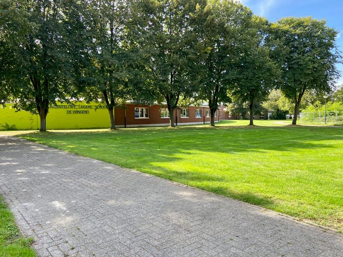 Ook de gemeentelijke lagere school De Wingerd ligt aan het Lodewijk De Vochtplein