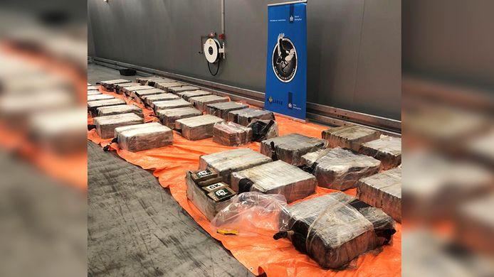 Een onderschepte lading drugs in de haven van Rotterdam. In totaal werd er 2773 kilo in beslag genomen met een straatwaarde van ruim 207 miljoen euro.