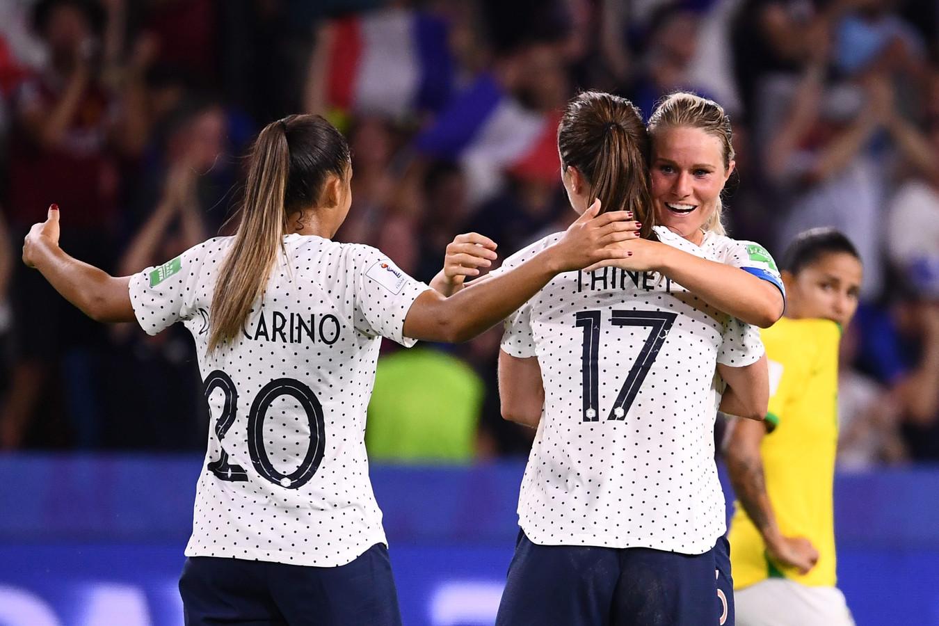 Amandine Henry wordt geknuffeld door ploeggenoten nadat ze Frankrijk op 2-1 heeft gezet.