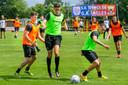 Bas Kuipers (l) en Jay Idzes (m), de mannen van het doelpunt tegen Excelsior in Rotterdam, zijn content dat de trainingen bij GA Eagles weer zijn begonnen.