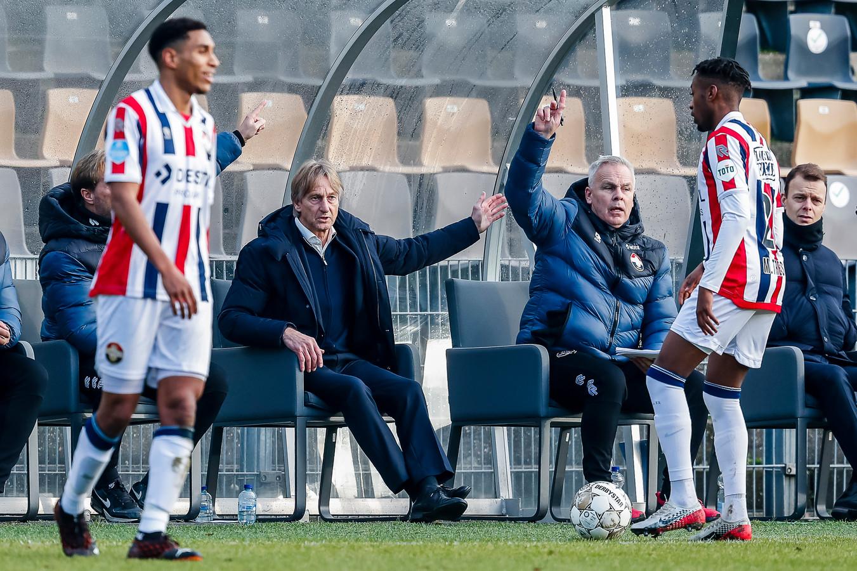 Adrie Koster (midden) tijdens de uitwedstrijd van Willem II tegen VVV.